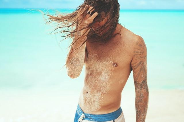crema-abbronzante-uomo-spiaggia