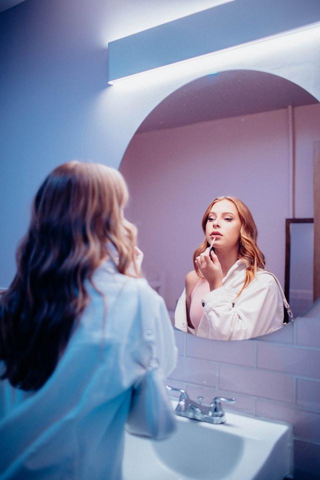 specchio-labbra-donna