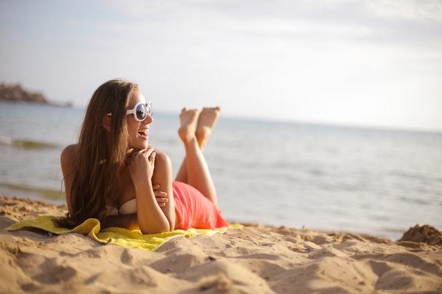 donna-spiaggia